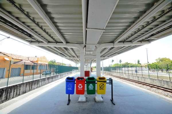 Lixeiras seletivas viabilizam coleta adequada de lixo nas estações.