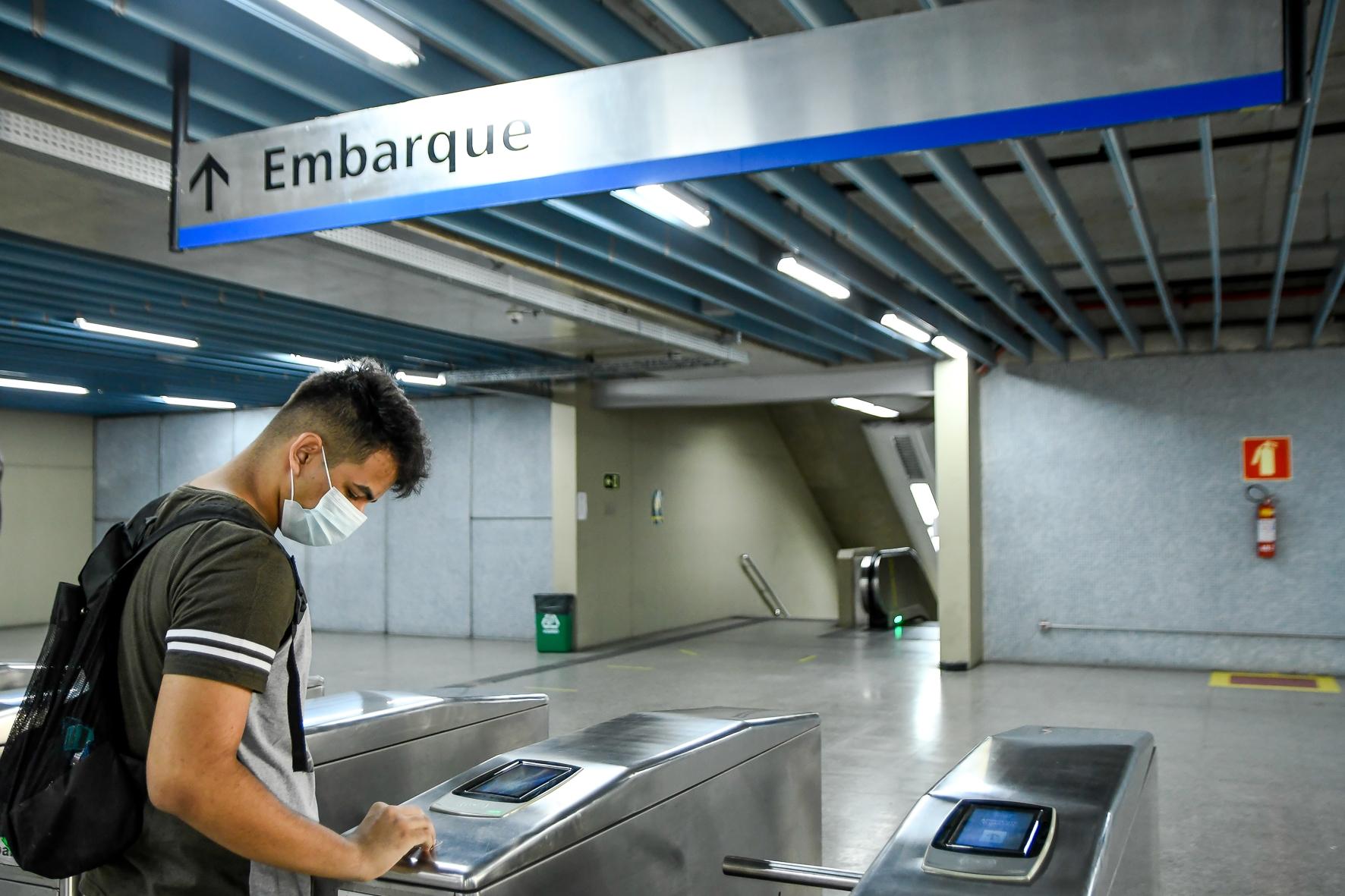 Estudantes tem prazo até 31 de outubro para revalidar meia passagem no Metrô.